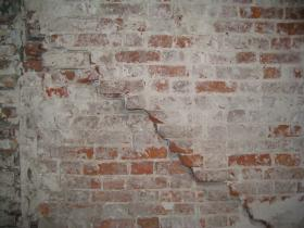 трещина в кирпичной стене
